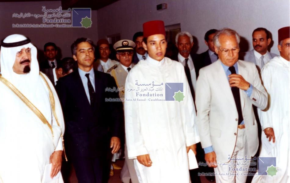 الملك عبد الله بن عبد العزيز، رحمه الله، مصحوبا بالملك محمد السادس الذي كان وليا للعهد آنذاك يطلعان على مختلف مرافق مكتبة المؤسسة خلال حفل التدشين
