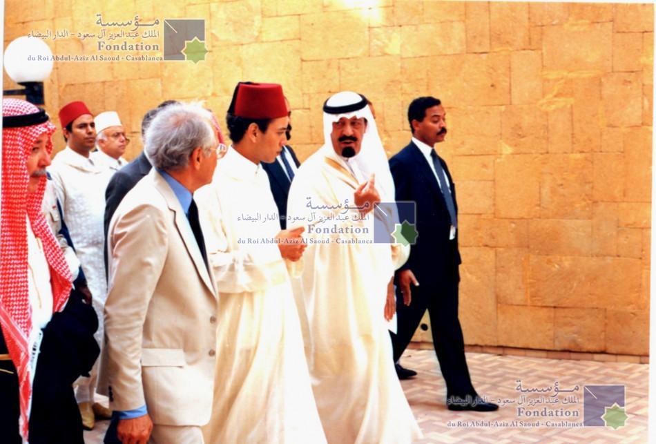 الملك عبد الله بن عبد العزيز، رحمه الله، مصحوبا بالملك محمد السادس الذي كان وليا للعهد آنذاك عند مغادرتهما لمقر المؤسسة بعد حفل التدشين.