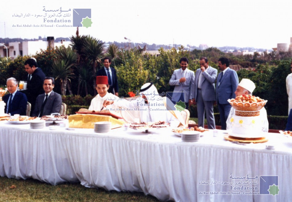 الملك عبد الله بن عبد العزيز، رحمه الله، مصحوبا بالملك محمد السادس الذي كان وليا للعهد آنذاك خلال حفل الغداء الذي أقيم بحديقة إقامة الملك عبد الله بن عبد العزيز، المجاورة لمقر المؤسسة في الدار البيضاء.